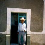 Mi abuelo afuera de su casa en Mexico